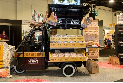 natural fresh meat case maek - beurs dibevo - stand - piaggio